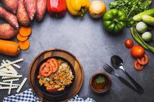 piatto di riso fritto con verdure foto