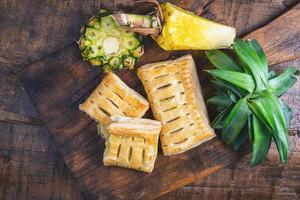 vista dall'alto di torte di ananas su legno foto