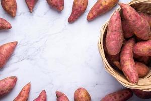 patate dolci rosse nel cestino foto