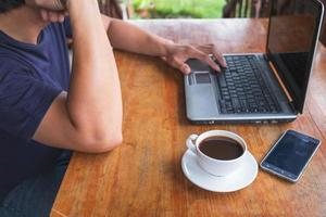 persona che lavora su un laptop in un ufficio foto