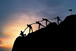 concetto di lavoro di squadra con persone silhouette mano nella mano