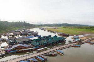 ponte di legno a kanchanaburi, thailandia