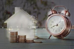 doppia esposizione denaro, casa in legno e città notturna foto