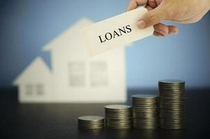 segno di prestiti con casa e monete foto