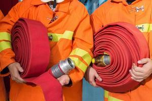 vigili del fuoco in uniforme che tiene attrezzature