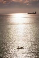 barca e nave da carico sul mare foto