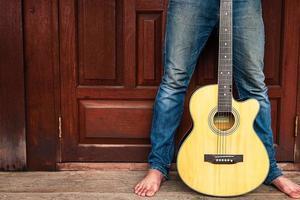 persona che tiene una chitarra