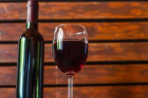 bicchiere di vino rosso e bottiglia foto