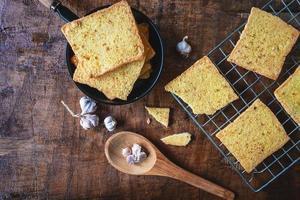 pane fresco all'aglio dal forno foto