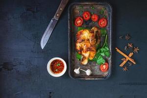 vista dall'alto di un piatto di pollo foto