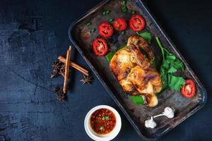 piatto di pollo alle erbe foto