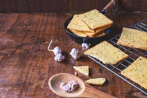 cuocere il pane fresco all'aglio dal forno foto