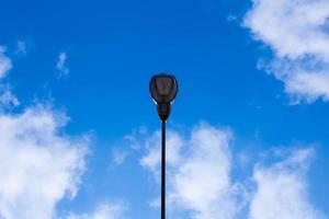 lampione e cielo blu foto