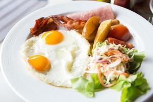 colazione a base di uova e prosciutto