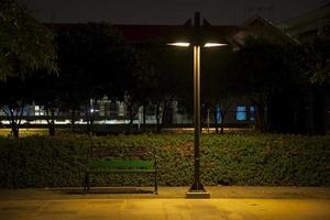 panchina sotto il lampione