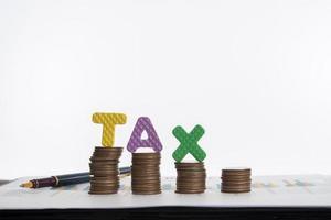 tassa di parola con monete impilate isolato su sfondo bianco foto