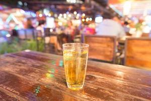 un bicchiere di birra sul tavolo foto