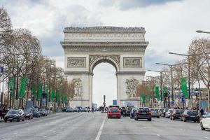 l'arco di trionfo a parigi, francia