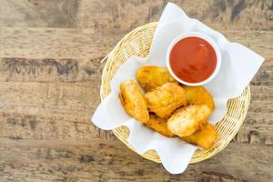 bocconcini di pollo fritti croccanti con salsa di pomodoro foto