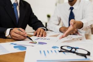uomini d'affari che discutono di documenti finanziari foto
