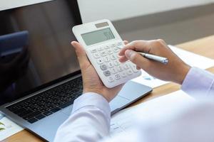 uomo d'affari utilizzando una calcolatrice