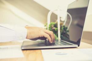 persona che digita su un laptop