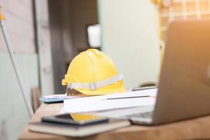 casco di sicurezza giallo sul tavolo foto
