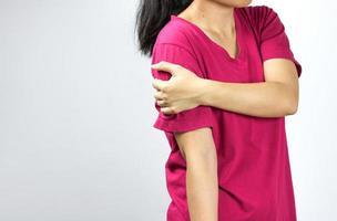 donna con dolore alla spalla foto