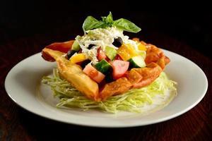 insalata mista su piatto foto