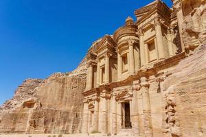 la facciata di ad deir a petra, giordania