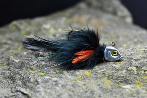 jig streamer nero-arancio fatto di piume foto