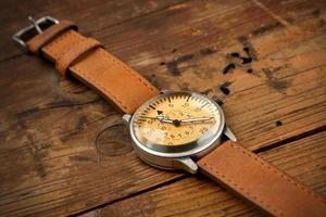 orologio da polso su legno