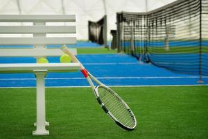 racchetta da tennis su un campo da tennis foto
