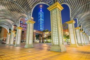 centro commerciale di taipei est e torre di taipei 101, taipei, taiwan, 2017 foto