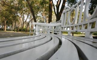 vista fisheye di una panchina del parco foto