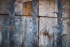 dettaglio di un'antica porta in legno foto