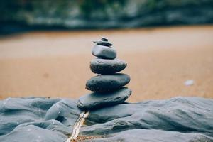 pietre in equilibrio sulla spiaggia foto