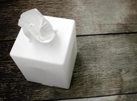scatola di fazzoletti bianchi foto