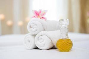 asciugamano con olio termale per impostazione spa foto