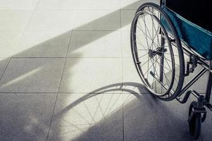 sedia a rotelle paziente parcheggiata di fronte all'ospedale