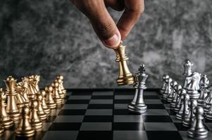 mano giocando a scacchi