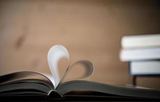 pagine di un libro che formano la forma del cuore foto