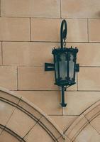 lampione sul muro nella città di bilbao, spagna