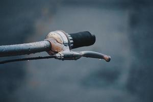 manubrio e cambio della bicicletta foto