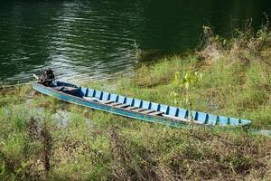 barca ormeggiata sulla riva del fiume foto