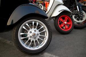 nuove motociclette in piedi in primo piano di fila su ruote