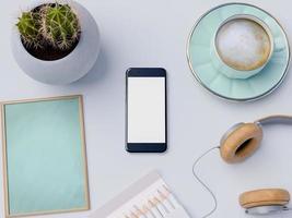 mock up smart phone e lavagna sul piano del tavolo foto