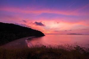 alba colorata sull'oceano