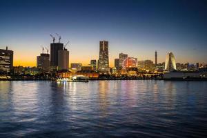 yokohama, giappone, 2020 - vista del paesaggio urbano notturno dall'acqua