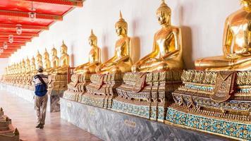 turista al tempio di buddha in thailandia
